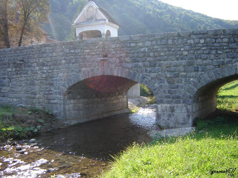 Kamniti most čez Mirno